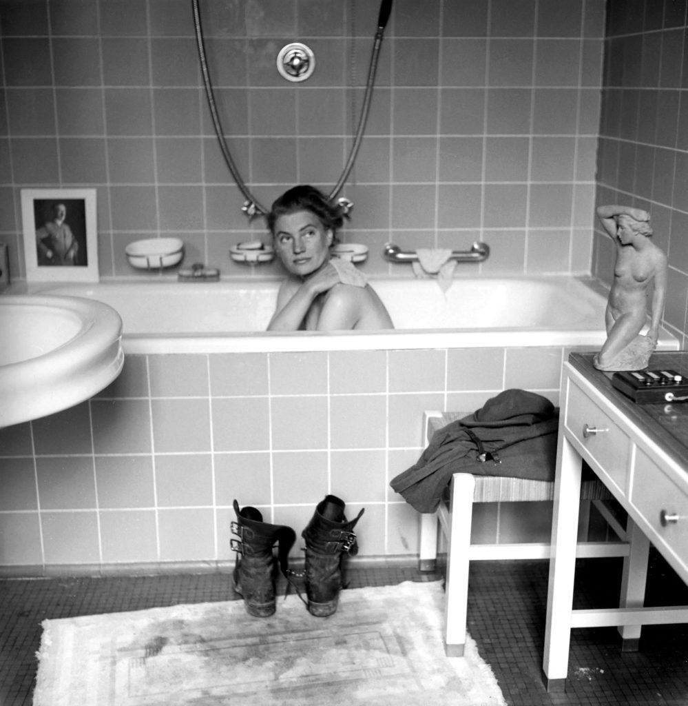Lee Miller nella vasca di Hitler (David Scherman, 1945)