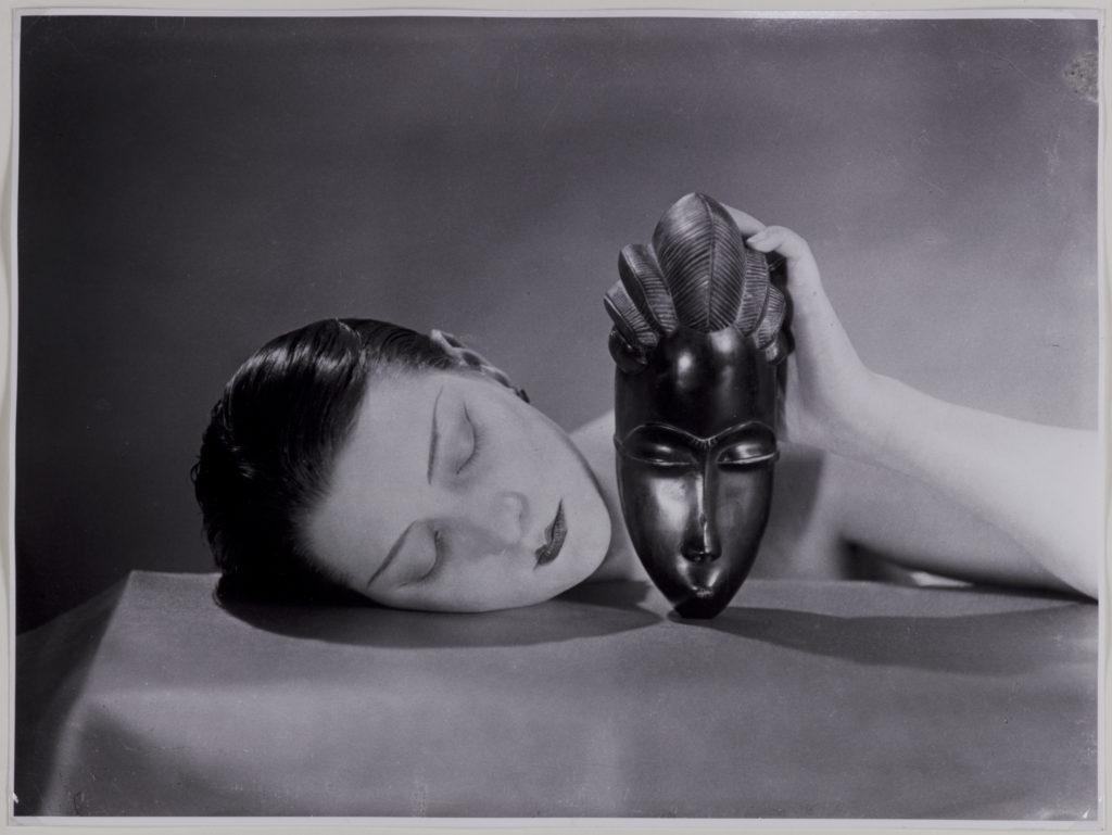 Man Ray, Kiki con maschera africana, 1926.