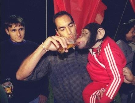 Edmundo che fa ubriacare uno scimpanzè al compleanno del figlio