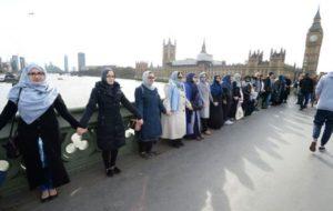 ISIS: quando la quotidianità diventa pericolosa. Foto 1: donne musulmane sul ponte di Londra
