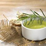 Olio al rosmarino fai da te: ricetta, benefici e usi