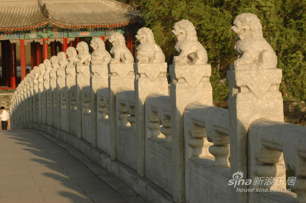 Palazzo d'Estate - Leoni di pietra nel ponte dei diciassette archi