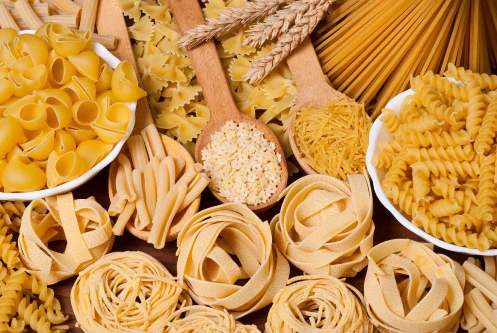 La pasta fa ingrassare? Pasta in vari formati esposti sul tavolo