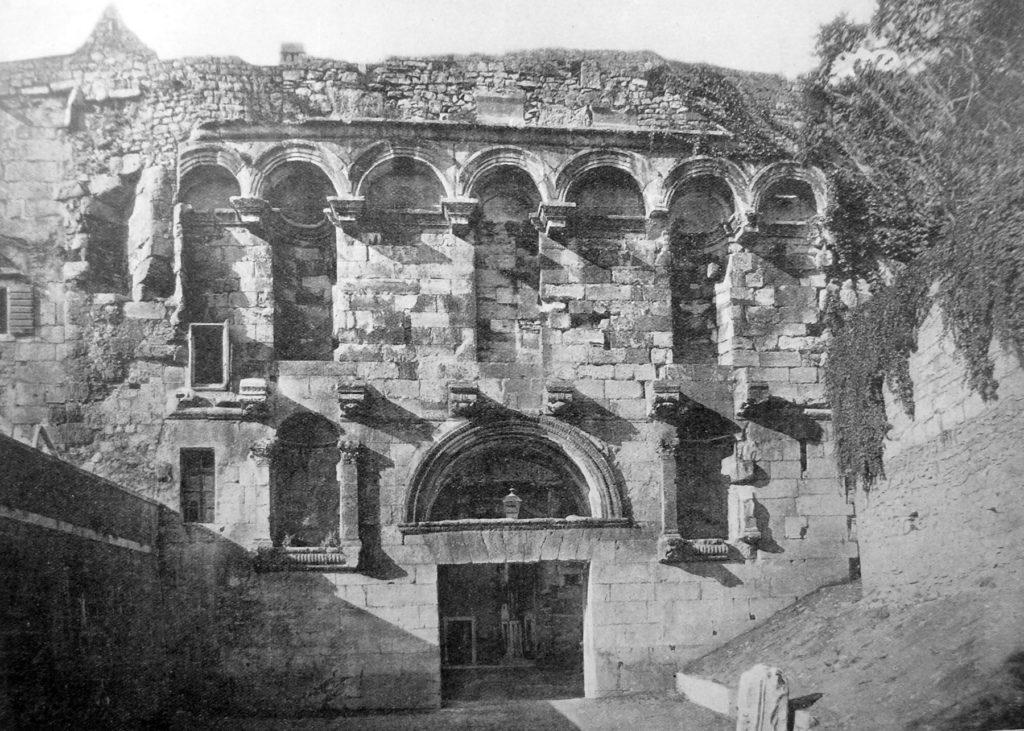 Baia degli Schiavisti: ciò che resta della Porta Aurea