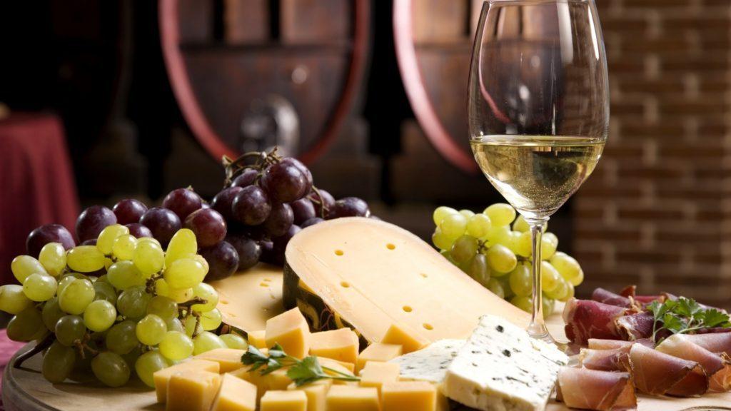 vino e formaggi su tagliere