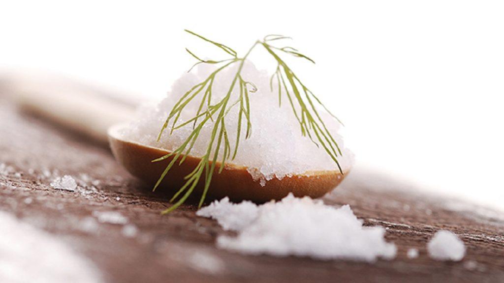 sale iodato - ciotola con del sale iodato