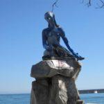 Statua della Sirenetta posta sul lungo mare di Gardini Naxos