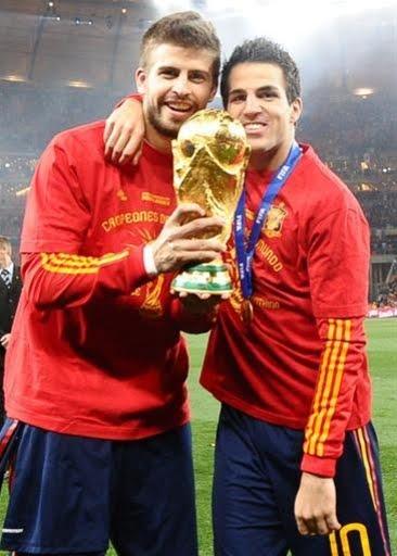 I nazionali Piqué e Fabregas con la Coppa del Mondo.