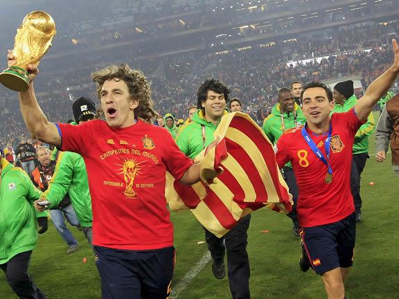 I nazionali Puyol e Xavi festeggiano la vittoria del Mondiale con la bandiera della Catalogna