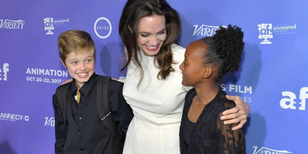 Disforia di Genere - A sinistra John, all'anagrafe Shiloh Nouvel, Jolie-Pitt insieme alla madre Angelina e alla sorella.