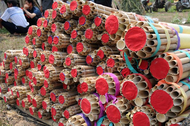 Lancio dei razzi nella festa del Songkran