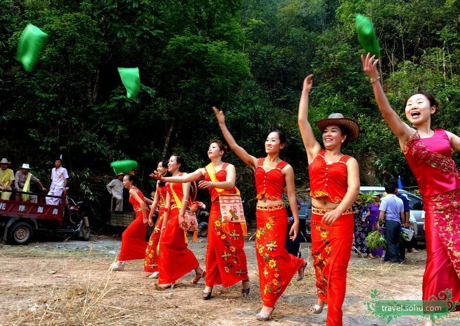 Lancio dei sacchetti nella feste del Songkran