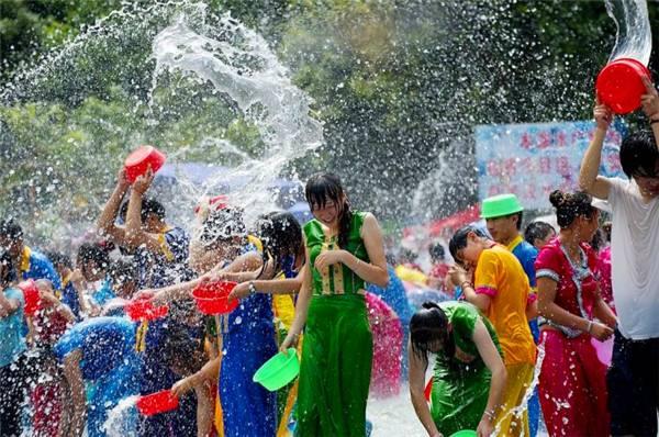 Capodanno thailandese: lancio dell'acqua