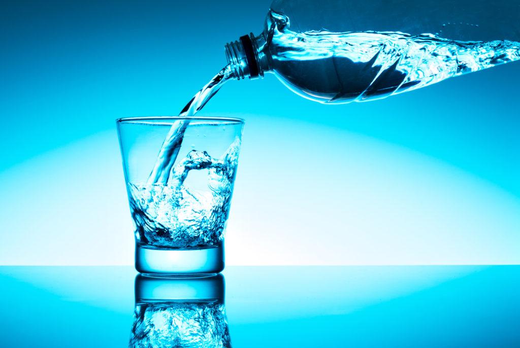 Acqua minerale versata ne bicchiere