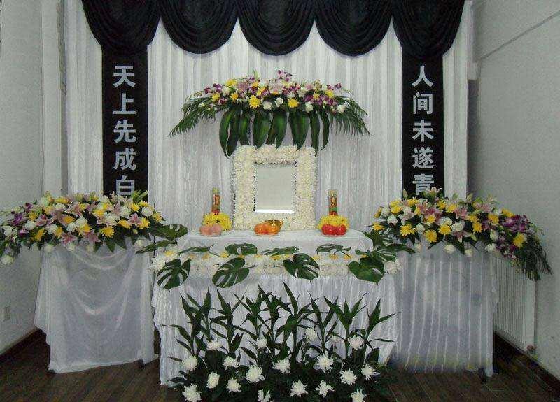 fiori bianchi e gialli in un funerale cinese