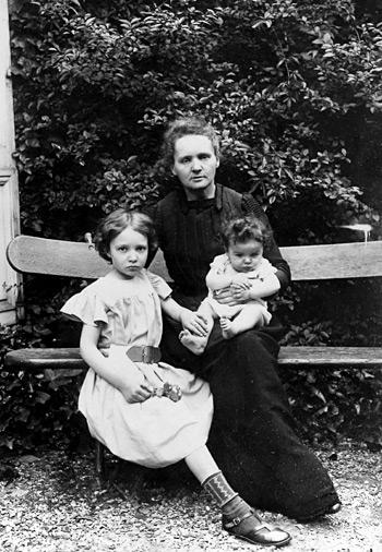 foto d'epoca Marie Curie con le figlie