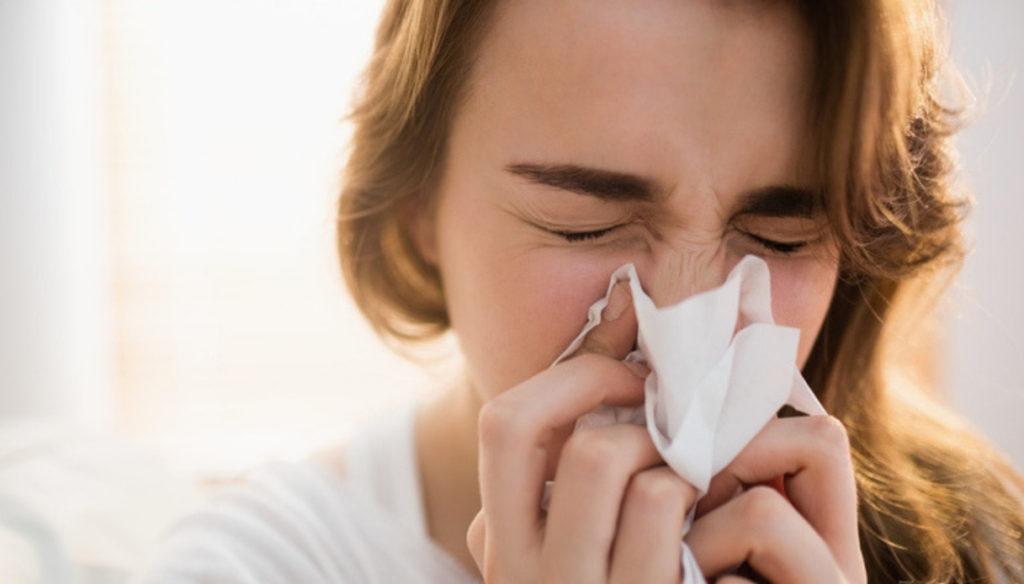 raffreddore-ragazza-che-si-soffia-il-naso