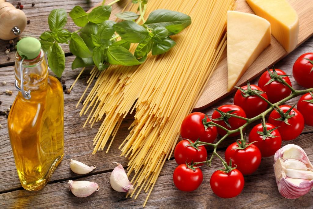 dieta-mediterranea-e-tumori-alimenti-tipici-sul-tavolo
