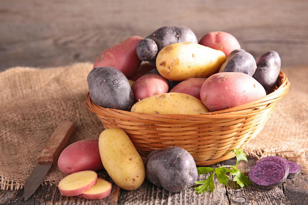 Varietà di patata dentro al cestino