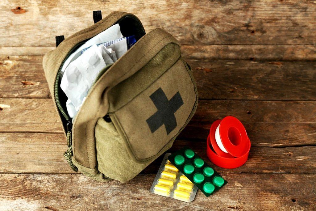 Farmaci in valigia - zainetto con blister di compresse e cerotto adesivo