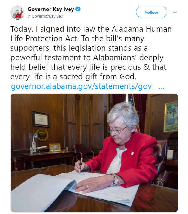 Kay Ivey firma abortion ban