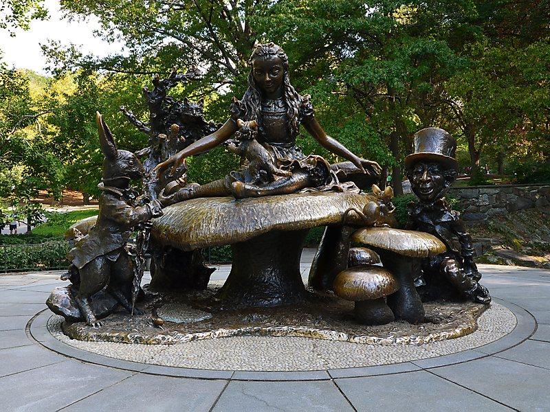 Statua di Alice al Central Park di New York