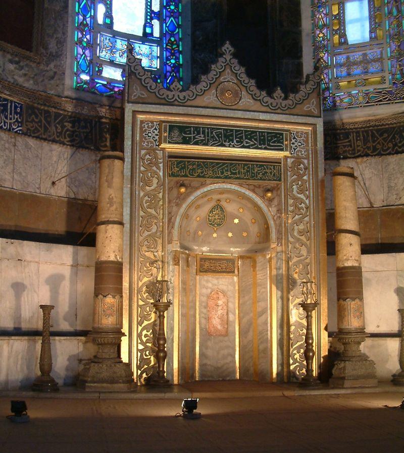 Miḥrāb (nicchia) posto nell'abisde, orientato verso La Mecca