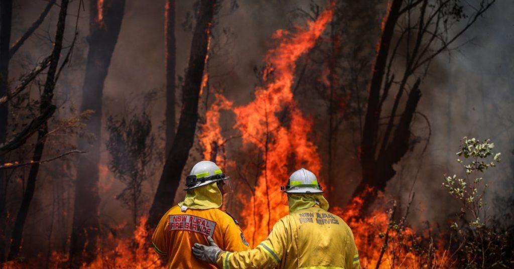 Australia in fiamme: vigili del fuoco che cercano di domare le fiamme