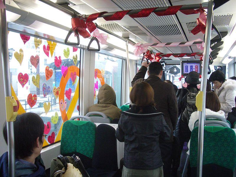 Tram decorato in occasione della festa degli innamorati, in Giappone