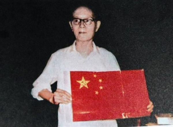 Zeng Liansong con la bandiera cinese