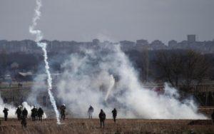 Erdogan apre le frontiere: polizia greca usa gas lacrimogeni su migranti