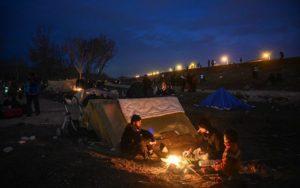 Erdogan apre le frontiere: migranti accampati