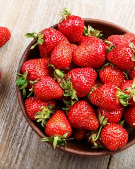 Tazza di fragole sul tavolo - copertina