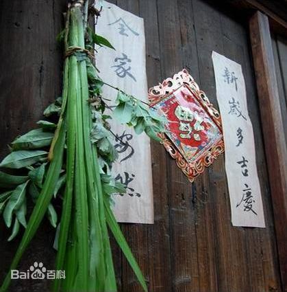 Erba medicinale cinese appesa alla porta