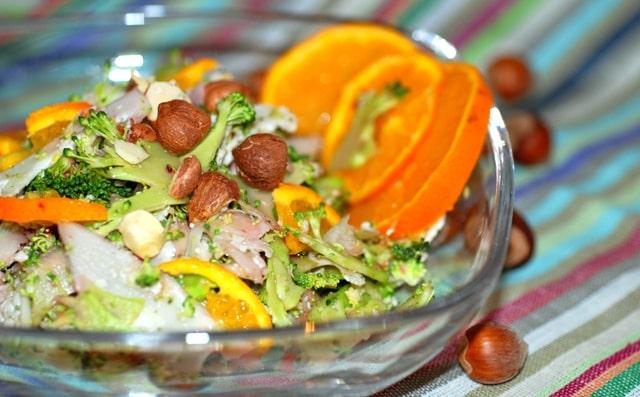 Insalata di broccoli crudi con arance e nocciole.