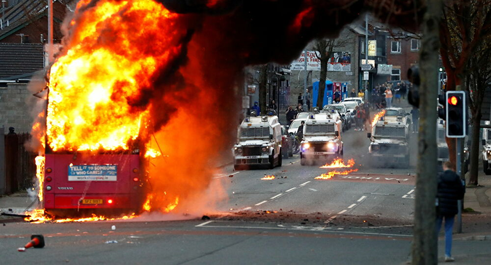 Irlanda del Nord autobus dato alle fiamme